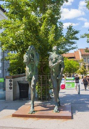 Photo pour Slovénie, Ljubljana - 19 juin 2018 : Statues de sculptures Adam et Eve bannis du paradis dans la vieille ville de Ljubljana - image libre de droit