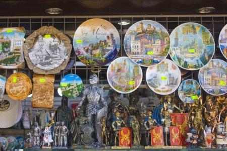 Photo pour SAN MARINO, SAN MARINO - 27 août 2019 : Vitrine du magasin de souvenirs avec assiette en céramique à Saint-Marin - image libre de droit