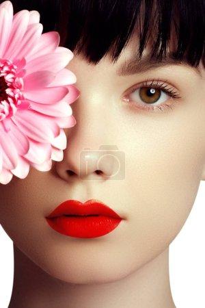 Foto de Retrato de primer plano del rostro de pureza de la mujer hermosa con labios rojo brillante. Lindo modelo con piel limpia limpio brillante y los labios perfectos. Chica preciosa modelo con maquillaje de belleza, labios rojos, piel fresca perfecta - Imagen libre de derechos