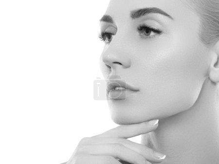 Foto de Retrato de mujer de belleza blanco y negro. Hermosa chica modelo spa con piel limpia fresca perfecta. Concepto de cuidado de la juventud y la piel. Aislado sobre un fondo blanco - Imagen libre de derechos