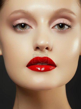 Photo pour Maquillage, cosmétiques. Portrait de jeune femme de beauté. Fille de beau modèle avec maquillage beauté, lèvres rouges, une peau douce parfaite. Séduisante Dame aux yeux verts. Jeunesse et Concept de soins de la peau - image libre de droit