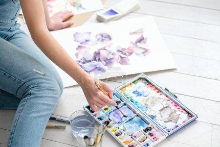 Photo pour Loisirs créatifs. la peinture passe temps. personnalité astucieuse. talentueuse fille dessin une image - image libre de droit