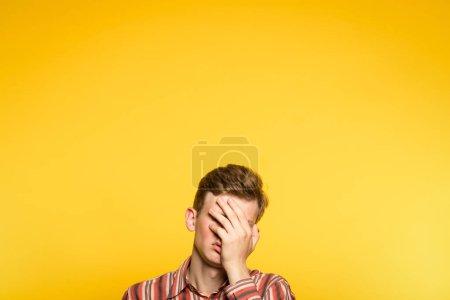 Facepalm beschämt beschämt Mann verdecken Gesicht Hand