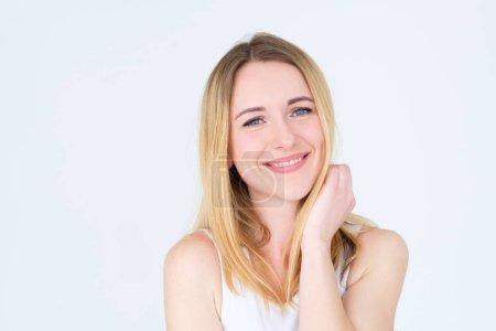 Photo pour Visage de l'émotion. heureux portrait de jeune fille blonde belle femme contenu calme assez souriant sur fond blanc. - image libre de droit