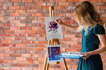 Photo pour Hobby peinture d'art. loisirs créatifs. fille dessiner une image. création d'inspiration de talent et concept d'expression de soi - image libre de droit