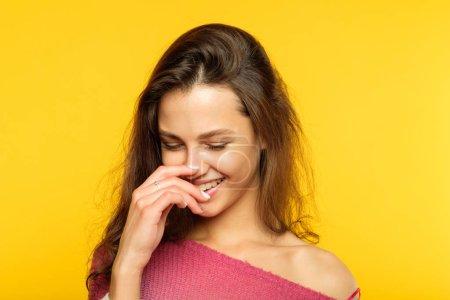 Photo pour Heureuse femme heureuse joyeuse souriante. jeune fille aux cheveux bruns beau émotionnelle portrait sur fond jaune. expression faciale. - image libre de droit