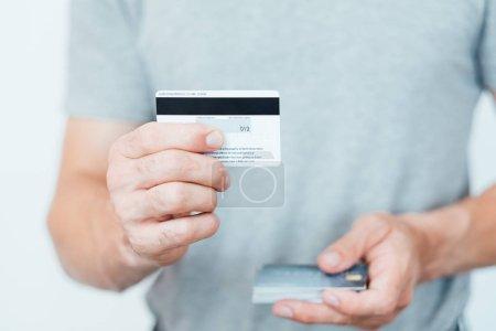 Photo pour Code CVV2 de carte de crédit. paiements en ligne sécurité. homme tenant des cartes en plastique . - image libre de droit