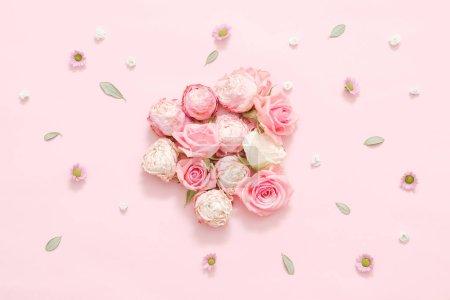 Photo pour Composition florale festive. Assortiment rose sur fond rose. Feuilles séchées et décor de capitules . - image libre de droit