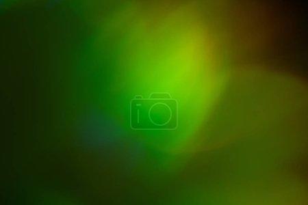 Photo pour Feux verts et jaunes flous. Bokeh fond abstrait avec effet de lueur de la lentille . - image libre de droit
