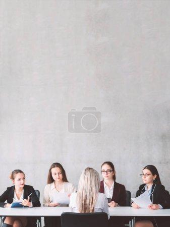 Photo pour Entretien d'embauche à femelle orientée business. Soutien de la femme et de la solidarité. Dotation et de recrutement. Demandeur de parler aux membres de l'équipe recruteur. - image libre de droit