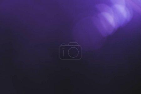 Photo pour Fusée de lentille de lumière numérique normale. Effet flou Bokeh. Gradient de couleur violette noire. Effet optique Spotlight. Spot violet brillant. - image libre de droit