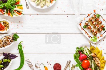 Photo pour Sélection de buffet de nourriture vue du haut. Partie repas de restauration plat laïcs. Espace vide sur le fond en bois blanc de table. - image libre de droit