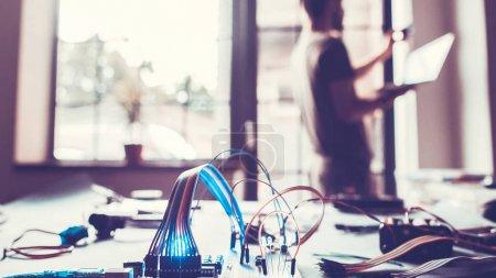 Photo pour Installation de système de maison intelligente. Technicien reliant l'ordinateur à la maison. Programmeur utilisant la technologie informatique pour l'automatisation . - image libre de droit