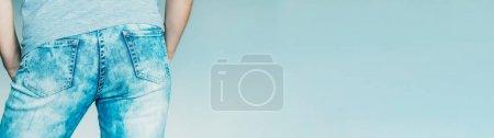 Photo pour Fesses mâles en jeans. Mode et style. Tendance denim. Vue de dos cultivée de type restant au-dessus du fond bleu de ciel. Espace de copie. - image libre de droit