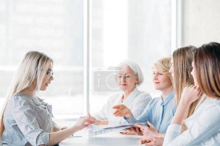 Photo pour Femmes d'affaires prospères. Entretien d'emploi à l'entreprise orientée femelle. Test de qualification. Candidat ambitieux postulant le poste. - image libre de droit
