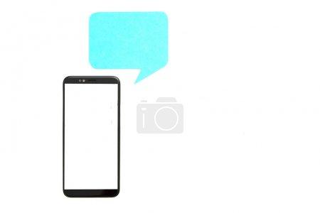 Photo pour Communication Internet. Ecran de smartphone Mockup et icône de chat bleu au-dessus isolé sur fond blanc. Espace de copie . - image libre de droit