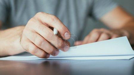 Photo pour Documents juridiques et documents administratifs. Prise de vue de l'homme signant le contrat. Gros plan de la main mâle tenant stylo, tourner les pages . - image libre de droit