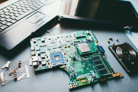 Foto de Soporte técnico. Primer plano de las partes desmontadas de la computadora, placa base. Reparación portátil . - Imagen libre de derechos