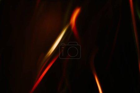 Photo pour Flou rouge et orange lignes fluides. Rayons de feu déconcentrés. Arrière-plan abstrait sombre . - image libre de droit