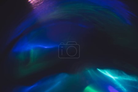 Photo pour Flou néon multicolore lueur. Effet fusée éclairante. Rayons lumineux sous-marins. Fond abstrait sombre . - image libre de droit
