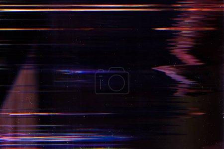 Photo pour Affiche les dégâts. Erreur numérique. Effet lignes incandescentes sur fond sombre . - image libre de droit