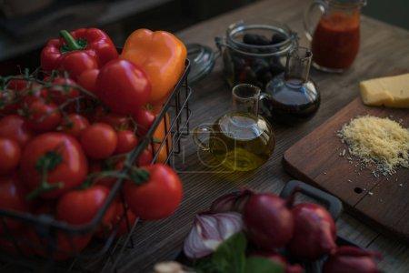 Foto de Comida italiana cocina ingredientes sobre fondo oscuro rústico. Saludable vegetarianos comiendo y cocinando con diferentes ingredientes vegetales. Concepto de alimento limpio. Imagen de tono. Alimentos saludables - Imagen libre de derechos