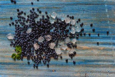 Foto de Jardinero dispersos bayas frescas sobre la mesa y se quedó dormido sobre el hielo - Imagen libre de derechos