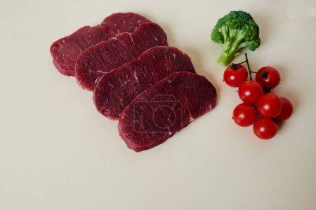 Photo pour Femme au foyer en tranches de steak de boeuf frais pour les faire frire sur le gril ou cuire au four - image libre de droit
