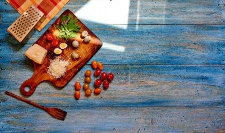 Foto de Hermoso cuadro brillante, es interesante poner la mesa es tablero de madera vintage A que cocidos ingredientes para la ensalada - Imagen libre de derechos