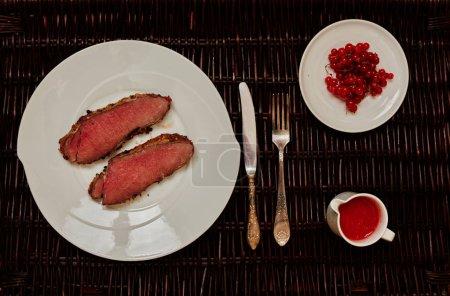 Photo pour Deux chefs préparent des côtelettes filet de porc, grillé rapidement sur feu vif dans une poêle à frire, sauce à base de tomates et hot chili peppers - image libre de droit