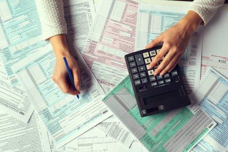 Photo pour Concept de temps fiscal avec papiers et factures - image libre de droit