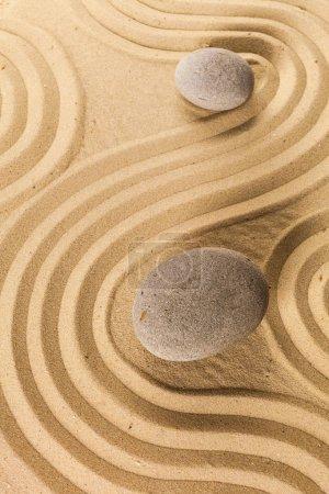 Photo pour Pierres de jardin zen et le sable ratissé - image libre de droit