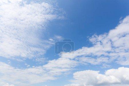 Photo pour Nuages blancs sur fond de ciel bleu - image libre de droit