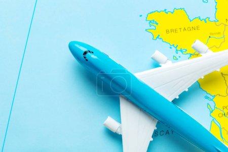 miniatures d'avions passagers et carte, concept de voyage