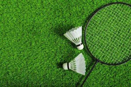Photo pour Volants et raquette de badminton sur l'herbe verte - image libre de droit