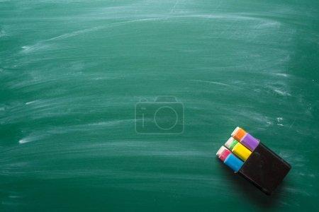 Photo pour Morceaux de craie sur un tableau, vue rapprochée - image libre de droit