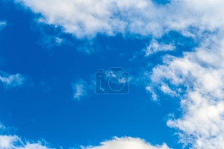schöner blauer Himmel mit Wolken Hintergrund