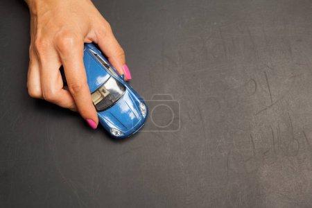 Photo pour Voiture dans les mains - assurance, location et achat concept de voiture - image libre de droit