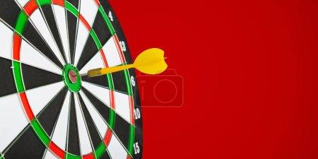 Photo pour Fléchettes flèches dans le centre de la cible - image libre de droit