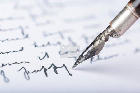 Photo pour Stylo plume sur lettre manuscrite antique - image libre de droit