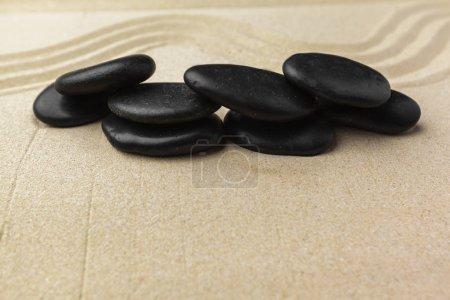 Photo pour Pierres de méditation Zen sur fond sableux - image libre de droit