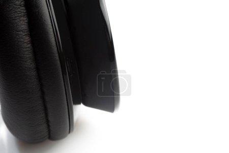 Photo pour Casques sans fil isolés sur fond blanc - image libre de droit