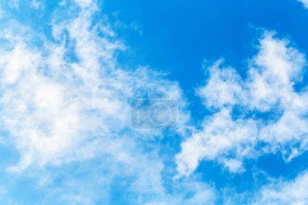 Blauer Himmel mit Wolken Hintergrund