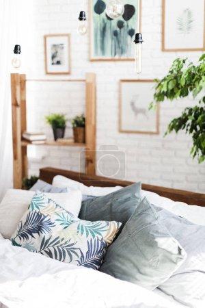 Foto de Cama con almohadas en la habitación - Imagen libre de derechos