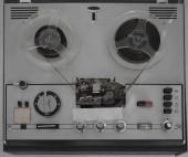 """Постер, картина, фотообои """"Старый магнитофон катушку, на деревянном столе, ретро-стиль"""""""