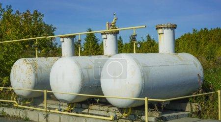 Photo pour Grandes citernes à gaz argentées. réservoirs de pétrole et de carburant - image libre de droit