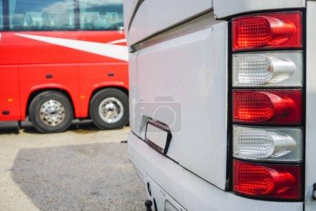 Photo pour Ligne des bus touristiques de l'arrière. mise au point sur feu arrière rouge et blanc - image libre de droit