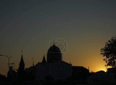 Photo pour Silhouette de la synagogue au coucher du soleil . - image libre de droit