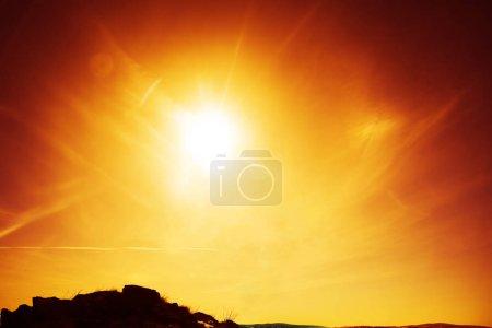 Photo pour Ciel couchant avec des nuages au-dessus de l'horizon. sommet de la montagne au fond des rayons du soleil. nature arrière-plan . - image libre de droit