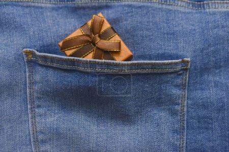 Photo pour Boîte cadeau marron dans une poche de jeans bleus. heureux jour des pères - image libre de droit